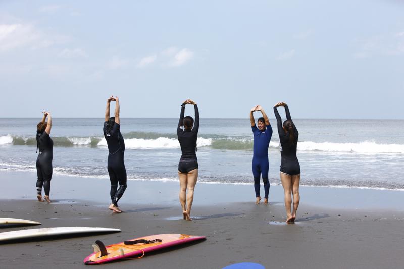 準備体操を行うサーフィンスクールの様子