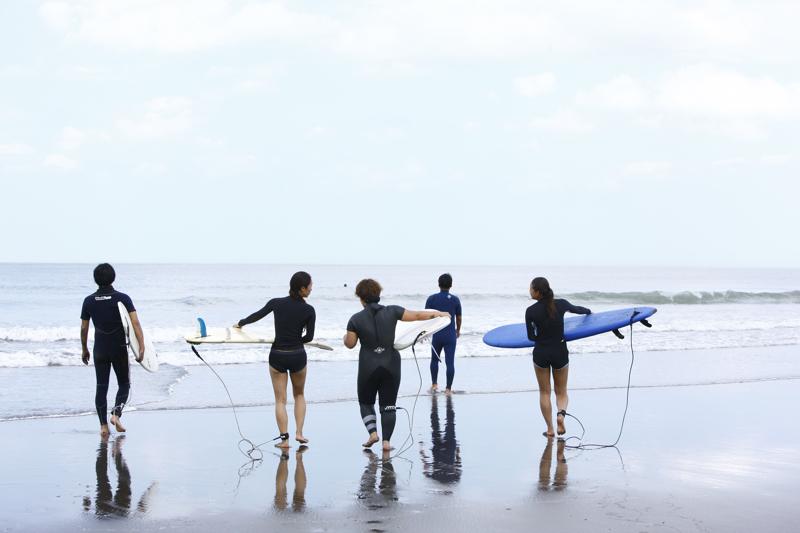 いよいよ海へ向かうサーフィンスクールの様子